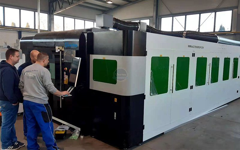 A customer ordered a fully enclosed fiber laser cutting machine